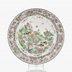 Grand plat famille rose, Chine, dynastie Qing (1644-1912) marque Kangxi...